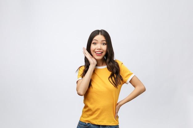 Heureuse jeune femme asiatique avec espace copie vierge pour texte ou slogan