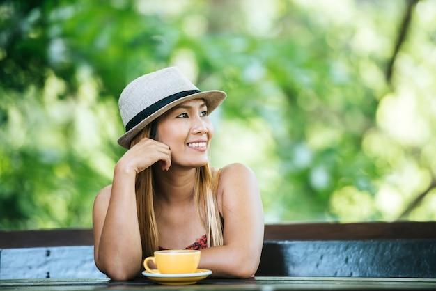 Heureuse jeune femme au café au lait le matin