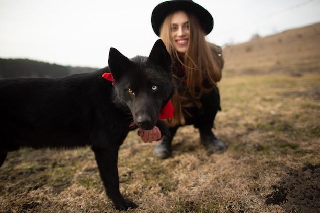 Heureuse jeune femme au chapeau noir