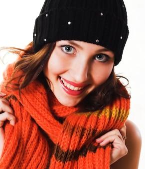 Heureuse jeune femme avec beau sourire