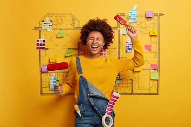 Heureuse jeune femme concepteur planification de la rénovation de l'appartement moderne