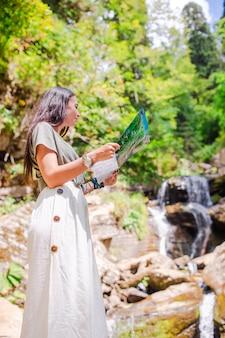 Heureuse jeune femme dans les montagnes