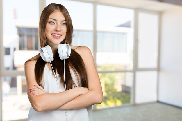 Heureuse jeune femme écoutant de la musique avec des écouteurs