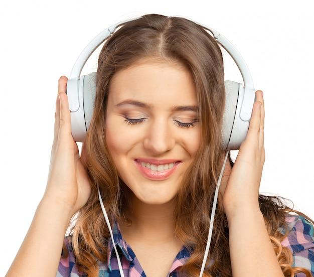 Heureuse jeune femme écoutant de la musique