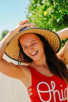 Heureuse jeune femme à l'extérieur, jolie fille en bonne santé se détendre à l'extérieur