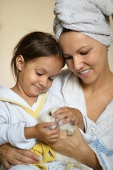 Heureuse jeune femme avec une jeune fille et un lapin