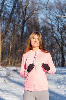 Heureuse jeune femme jogging