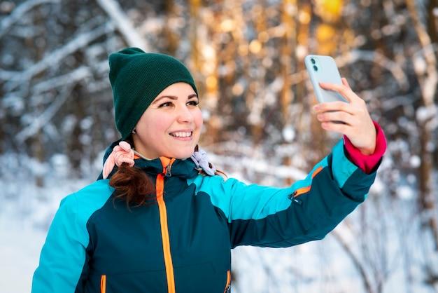 Heureuse jeune femme positive prenant selfie