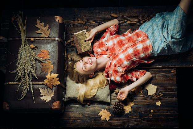Heureuse jeune femme s'amusant avec la chute des feuilles. mode portrait de la belle femme sensuelle. chute des feuilles. s'amuser. jolie jeune femme portant des vêtements de saison à la mode ayant une humeur automnale.