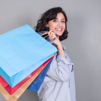 Heureuse jeune femme avec des sacs à provisions