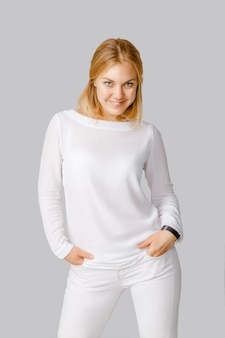 Heureuse jeune femme souriante