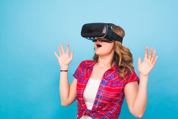 Heureuse jeune femme utilisant un casque de réalité virtuelle.