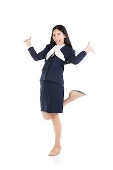 Heureuse jeune femme en vêtements et exprimant positif.