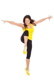 Heureuse jeune femme en vêtements de fitness