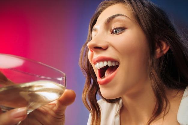 L'heureuse jeune femme. visage mignon féminin émotionnel. vue depuis le verre