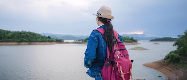 Heureuse jeune fille asiatique au parc national de kang kra chan thaïlande