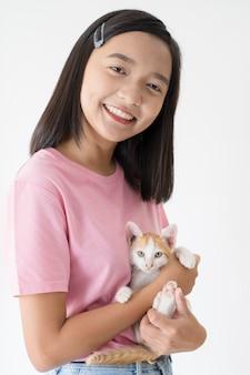 Heureuse jeune fille avec chat