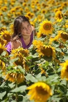 Heureuse jeune fille dans un champ de tournesols
