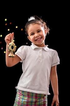 Heureuse jeune fille avec lanterne de ramadan
