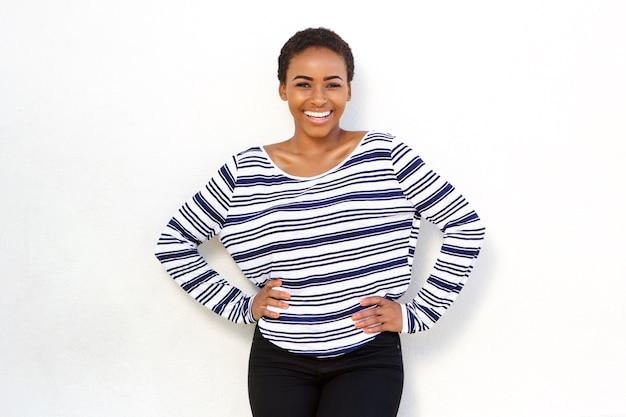 Heureuse jeune fille noire cool en chemise rayée
