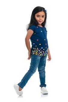 Heureuse jeune fille posant pour la mode isolée