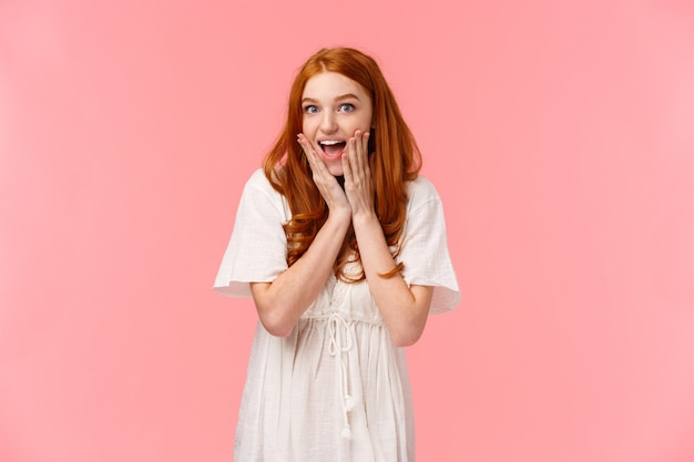 Heureuse jeune fille rousse