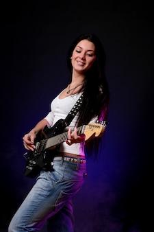 Heureuse jeune fille souriante, jouer de la guitare