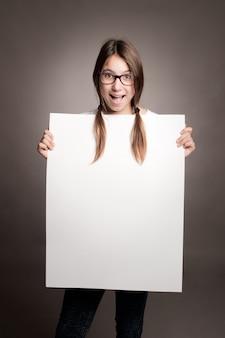 Heureuse jeune fille tenant une bannière