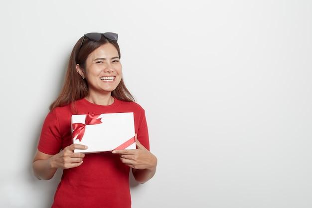 Heureuse jeune fille tenant un cadeau de noël