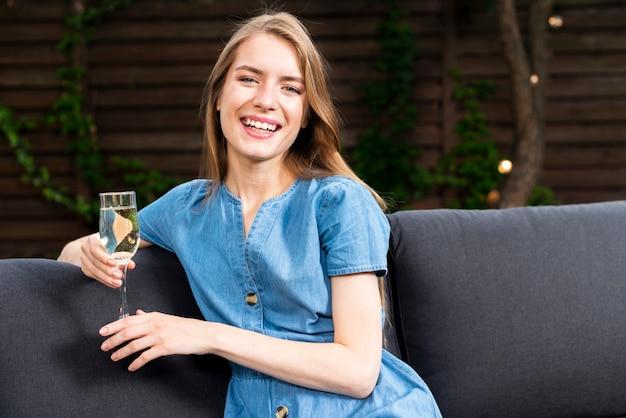 Heureuse jeune fille tenant un verre de champagne