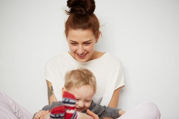 Heureuse jeune mère avec petit fils à la maison