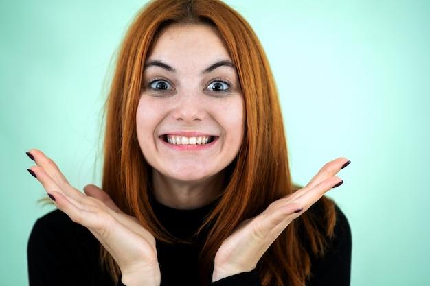 Heureuse jolie rousse à la recherche de rire à huis clos de surprise.