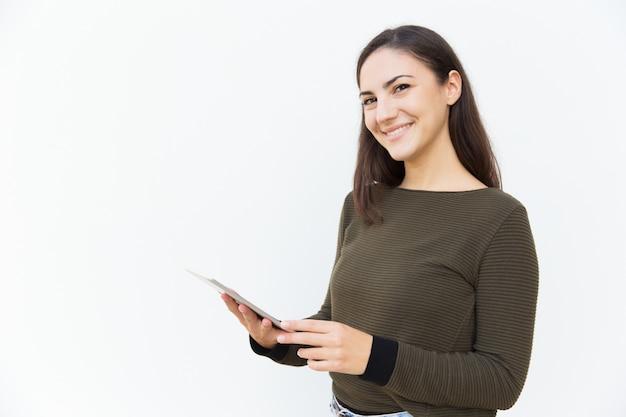 Heureuse joyeuse belle femme tenant la tablette