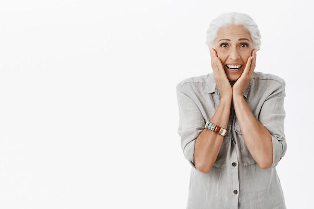 Heureuse mamie excitée réagit à de merveilleuses nouvelles