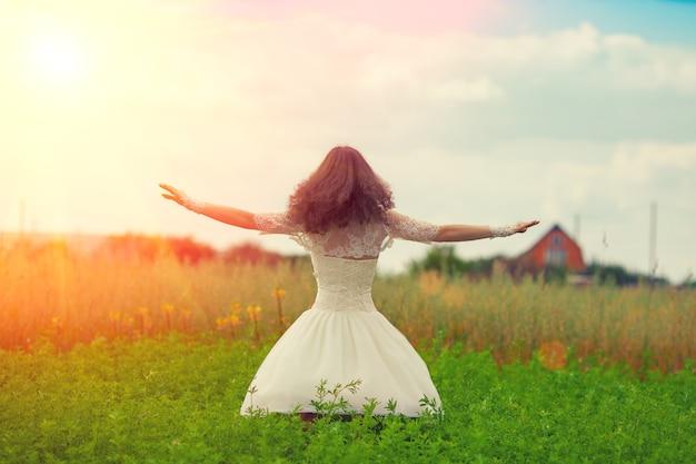 Heureuse mariée dansant sur le terrain