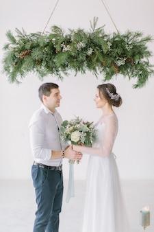 Heureuse mariée et le marié après la cérémonie de mariage
