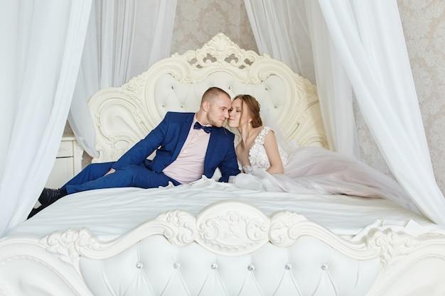 Heureuse mariée et le marié étreindre et embrasser