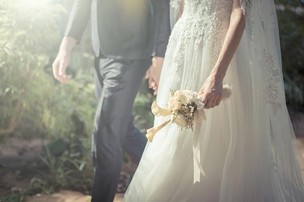 Heureuse mariée et le marié sur leur mariage. couleur de ton vintage