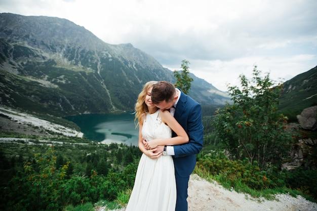 Heureuse mariée et le marié à leur mariage. les nouveaux mariés dans le parc. couple heureux. photo de mariage. couple amoureux.