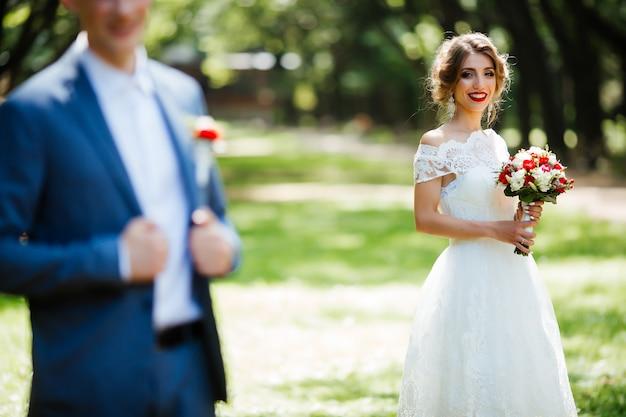 Heureuse mariée et le marié à leur mariage. les nouveaux mariés dans le parc