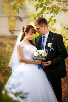 Heureuse mariée et le marié sur leur mariage