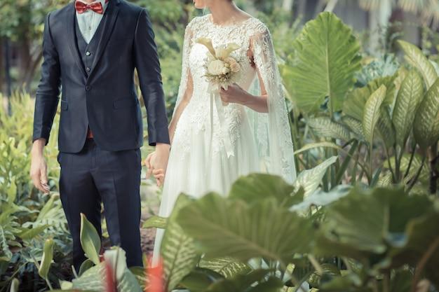 Heureuse mariée et le marié sur leur mariage.