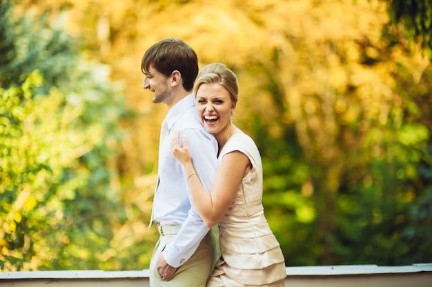 Heureuse mariée et le marié marchant dans le parc le jour de leur mariage