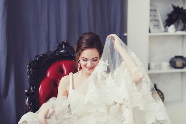 Heureuse mariée souriante