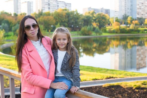 Heureuse mère et adorable fille profitant d'une chaude journée d'automne