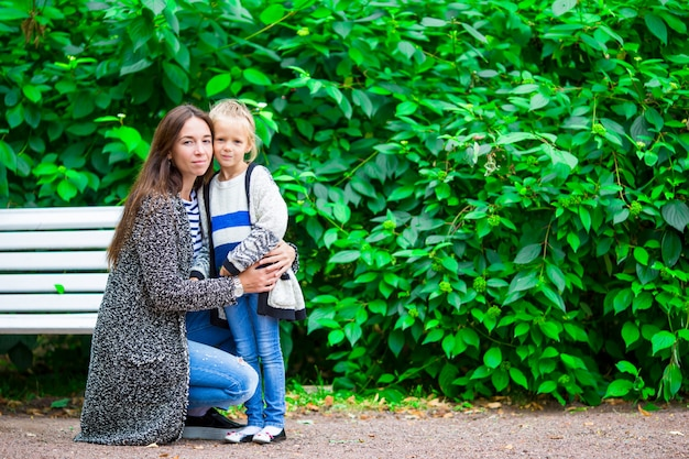 Heureuse mère et adorable petite fille, profitant du beau temps au beau parc