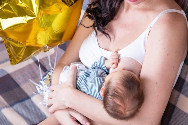 Heureuse mère allaitant son nouveau-né