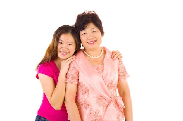 Heureuse mère de famille asiatique et progéniture adulte s'amusant