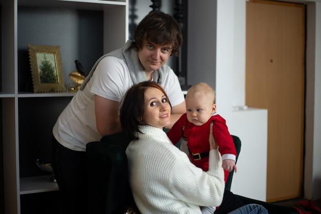 Heureuse mère de famille, père et enfant pendant les vacances d'hiver de noël