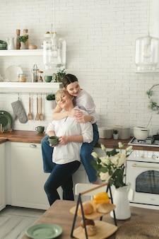 Heureuse mère et fille âgées dans la cuisine